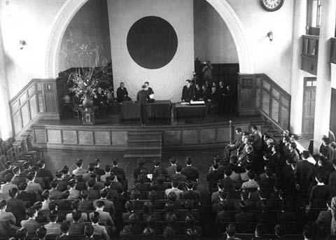 1958年(昭和33年)第6回卒業式(経済学部講堂)